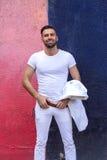 Hombre en el traje blanco en fondo de la pared del duololor Fotografía de archivo libre de regalías
