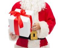 Hombre en el traje de Papá Noel con la caja de regalo Foto de archivo libre de regalías