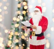 Hombre en el traje de Papá Noel con la libreta Imagen de archivo