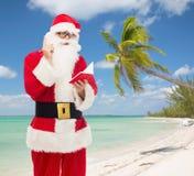 Hombre en el traje de Papá Noel con la libreta Imágenes de archivo libres de regalías