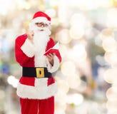 Hombre en el traje de Papá Noel con la libreta Fotos de archivo libres de regalías