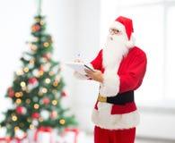 Hombre en el traje de Papá Noel con la libreta Foto de archivo