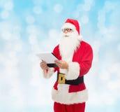 Hombre en el traje de Papá Noel con la libreta Foto de archivo libre de regalías