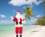 Hombre en el traje de Papá Noel con la libreta y el bolso Imagen de archivo