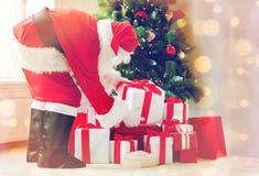 Hombre en el traje de Papá Noel con los presentes Imagen de archivo libre de regalías