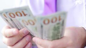 Hombre en el traje que cuenta el dinero del billete de banco Vídeo de UltraHD metrajes