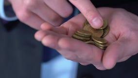 Hombre en el traje que cuenta los centavos, concepto de capital inicial bajo para el inicio personal almacen de video