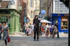 Hombre en el traje que hace publicidad del paseo del fantasma de York Imagenes de archivo