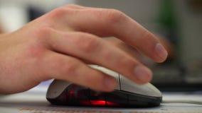 Hombre en el traje que trabaja en el escritorio de oficina, mecanografiando en el teclado almacen de video