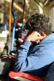 Hombre en el tubo con el teléfono con el día iluminado por el sol Foto de archivo libre de regalías