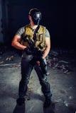 Hombre en el uniforme militar que se considera de metralleta Fotografía de archivo libre de regalías