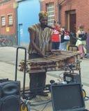 Hombre en el vestido africano que juega un marumba jamaicano Fotos de archivo