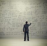 Hombre en fórmulas de la escritura del desgaste formal Foto de archivo libre de regalías