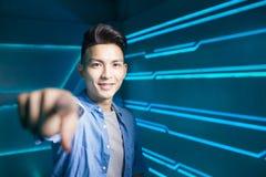Hombre en fondo de la tecnología Fotografía de archivo libre de regalías
