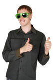Hombre en gafas de sol modernas del club, thumbsup Foto de archivo