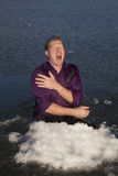 Hombre en grito del agujero del hielo Imagen de archivo
