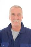 Hombre en guardapolvo azul Fotos de archivo libres de regalías