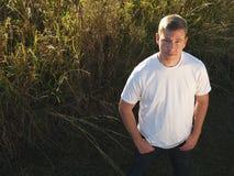 Hombre en hierba alta Fotografía de archivo libre de regalías