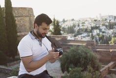 Hombre en imágenes malvadas mirrorless del comentario de Alhambra del La en su cámara fotografía de archivo