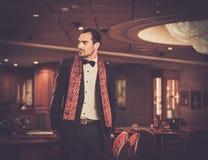 Hombre en interior de lujo del casino imagenes de archivo