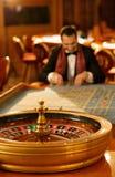 Hombre en interior del casino Imágenes de archivo libres de regalías