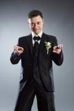 Hombre en juego negro que señala los dedos en frente Imagen de archivo libre de regalías