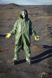 Hombre en juego protector químico en desierto Imagen de archivo