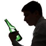 Hombre en la adicción al alcohol Fotos de archivo