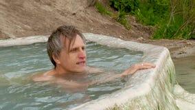 Hombre en la agua corriente almacen de video