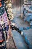 Hombre en la armadura del samurai que sostiene la espada de Katana del japonés Imagenes de archivo