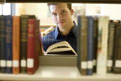 Hombre en la biblioteca Fotos de archivo