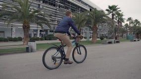 Hombre en la bici en ciudad almacen de video