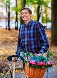 Hombre en la bici con la cesta de las flores en parque Fotografía de archivo libre de regalías