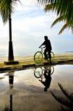 Hombre en la bicicleta Fotografía de archivo libre de regalías