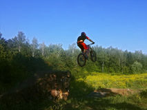 Hombre en la bicicleta en aire Foto de archivo