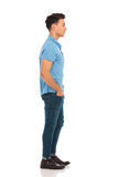 Hombre en la camisa azul que anticipa Imágenes de archivo libres de regalías