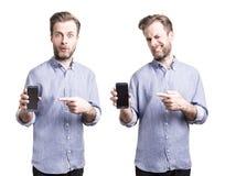 Hombre en la camisa azul que sostiene smartphone del teléfono móvil Fotografía de archivo libre de regalías