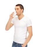 Hombre en la camisa blanca con el vidrio de agua Fotografía de archivo libre de regalías