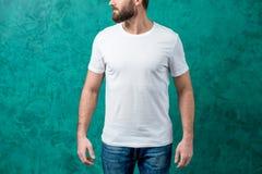 Hombre en la camiseta blanca Fotografía de archivo libre de regalías