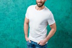 Hombre en la camiseta blanca Fotos de archivo
