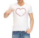 Hombre en la camiseta blanca con el corazón Fotografía de archivo libre de regalías