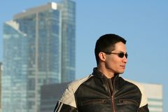Hombre en la chaqueta de cuero Imágenes de archivo libres de regalías