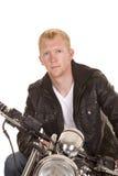 Hombre en la chaqueta del negro de la motocicleta que parece cercana Fotografía de archivo libre de regalías