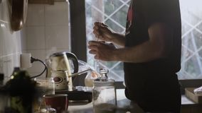 Hombre en la cocina que dirige la taza de café hecha fresca almacen de metraje de vídeo