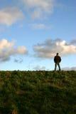 Hombre en la colina Imagenes de archivo