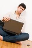 Hombre en la computadora portátil Imagen de archivo libre de regalías
