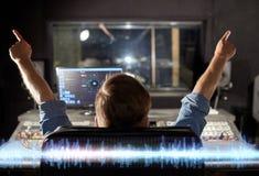 Hombre en la consola de mezcla en el estudio de grabación de la música imagenes de archivo