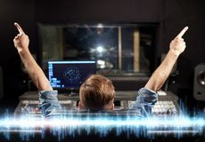 Hombre en la consola de mezcla en el estudio de grabación de la música fotografía de archivo libre de regalías
