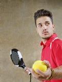 Hombre en la corte concreta lista para el servicio del tenis de la paleta Imagen de archivo