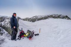 Hombre en la cumbre de una montaña Imagen de archivo